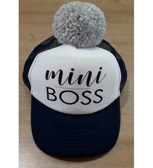 NelaLand kepurytė '' Mini BOSS '' su pilku bumbulu. Spalva tamsiai mėlyna / balta