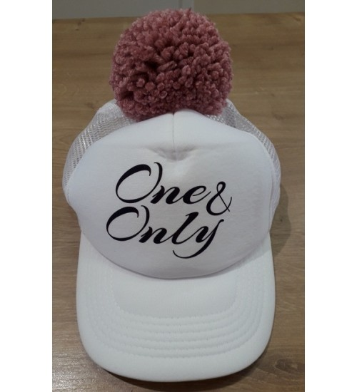 NelaLand kepurytė '' One & Only '' su rožiniu bumbulu. Spalva balta