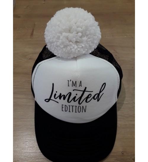NelaLand kepurytė '' I' MA Limited EDITION '' su baltu bumbulu. Spalva juoda / balta