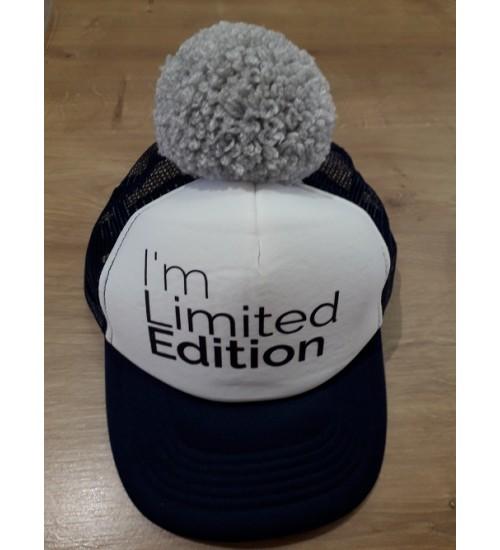 NelaLand kepurytė '' I' MA Limited EDITION '' su pilku bumbulu. Spalva tamsiai mėlyna / balta