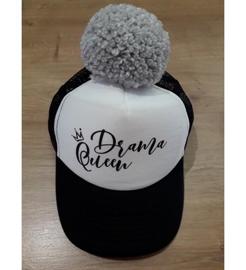 NelaLand kepurytė '' Drama Queen '' su pilku bumbulu. Spalva juoda / balta