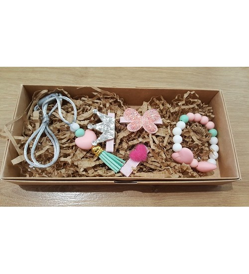 Šponkės aksesuarų rinkinys (apyrankė, pakabukas, trys segtukas). Spalva švelniai rožinė