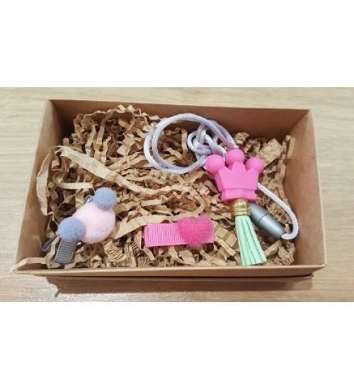 Šponkės aksesuarų rinkinys (pakabukas ir du segtukas). Spalva rožinė
