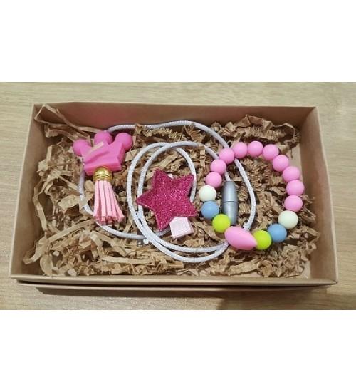 Šponkės aksesuarų rinkinys (apyrankė, pakabukas, segtukas). Spalva rožinė