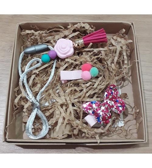 """Šponkės aksesuarų rinkinys (pakabukas """"Rožytė"""" ir du segtukas). Spalva rožinė"""
