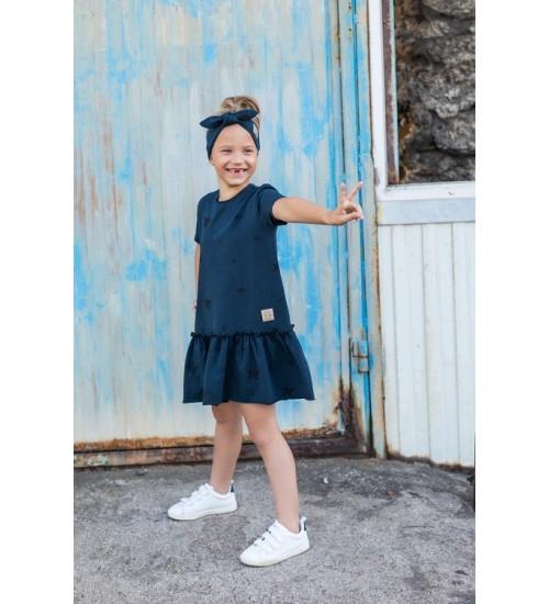 Tuss suknelė mergaitei trumpomis rankovėmis. Spalva tamsiai mėlyna su juodomis žvaigždutėmis